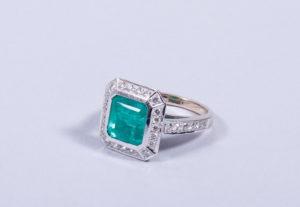 Art-Deco-Ring  750er WG/GG, Hans Paul Buchwald, Frankfurt, zentraler Smaragd, ca. 3,75ct., 28 Diamanten im Brillantschliff, zus. ca. 0,64ct., RG 52