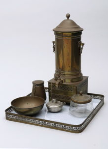 Jan Eisenloeffel (1876, Amsterdam - 1957, ebda), Samowar auf Tablett mit Tee- und Zuckerdose