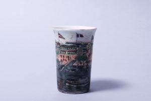 Pinselbecher, China, wohl 19.Jh. Hafenpanorama in Emaillemalerei, Jaiqing-Siegelmarke