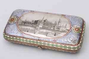 Zigarrendose, Silber, 91 Zolotnik, Moskau, 1873, Darstellung des Kreml Palast, ca. 3x12,5x6cm, Zuschlag: 2500,-€