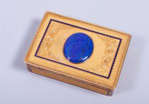 Louis-Seize Tabatiere, 18k GG, wohl Paris, um 1780, 2x8,5x6cm, Zuschlag: 6000,-€