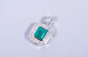 Art-Deco-Anhänger, 750er WG, Paul Buchwald, Frankfurt, Smaragd ca. 3,51ct, 52 Diamanten zus. 0,95ct, 7,6g brutto, Zuschlag: 3800,-€