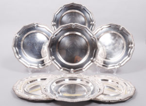 9 Platzteller, Silber, Dänemark, um 1939, Barockstil, zus. ca. 5311,5g, D 28,5cm, Zuschlag: 3600,-€